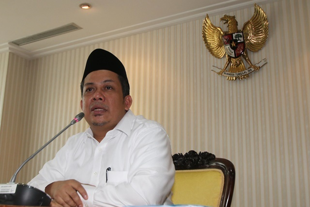 DIPECAT. Politisi Partai Keadilan Sejahtera (PKS) Fahri Hamzah memberikan keterangan kepada wartawan terkait pemecatan dirinya dari keanggotaan PKS di Gedung DPR, Jakarta, Senin, 4 April 2016. Foto oleh Rivan Awal Lingga/ANTARA