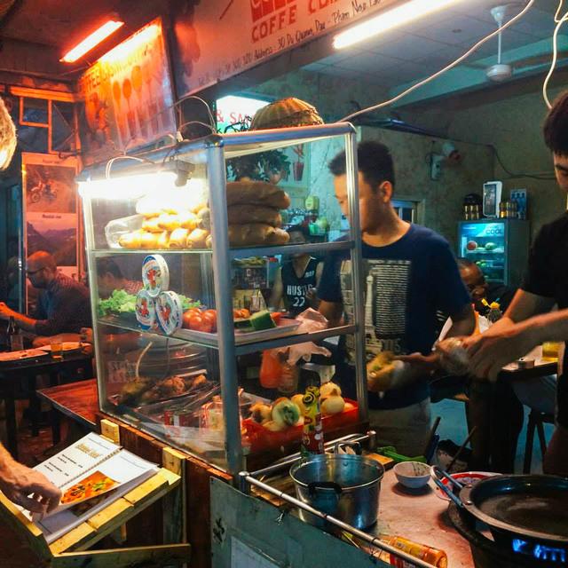Penjual Banh Mi di pinggir jalan Vietnam. Foto oleh Andrea Javier