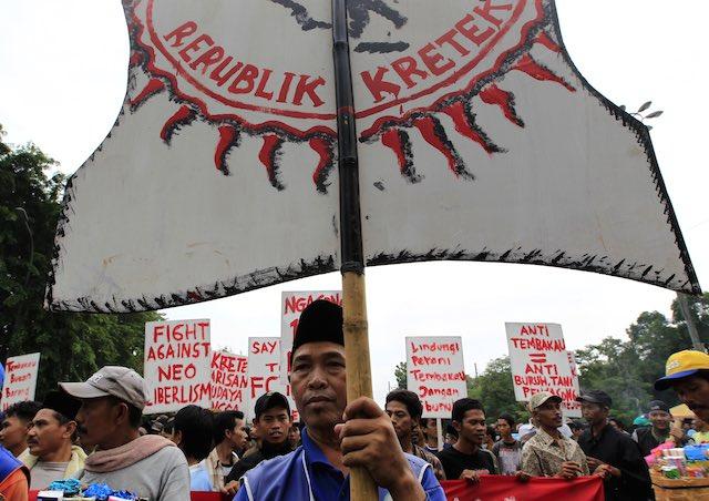 DEMO ROKOK. Penjual rokok di Indonesia berdemonstrasi dalam peringatan Hari Tanpa Tembakau Dunia di Jakarta, 31 Mei 2012. Foto oleh Bagus Indahono/Rappler