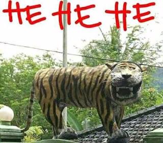 Salah satu meme yang dibuat dari foto patung macan berdiri di depan Koramil 1123 Cisewu Garut. Foto dari media sosial.