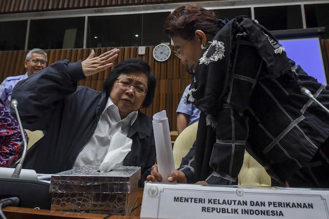 Menteri Lingkungan Hidup dan Kehutanan Siti Nurbaya (kiri) menilai Singapura telah melewati batas dengan memanggil perusahaan yang diduga menyebabkan kebakaran hutan. Foto oleh Hafidz Mubarak A./Antara