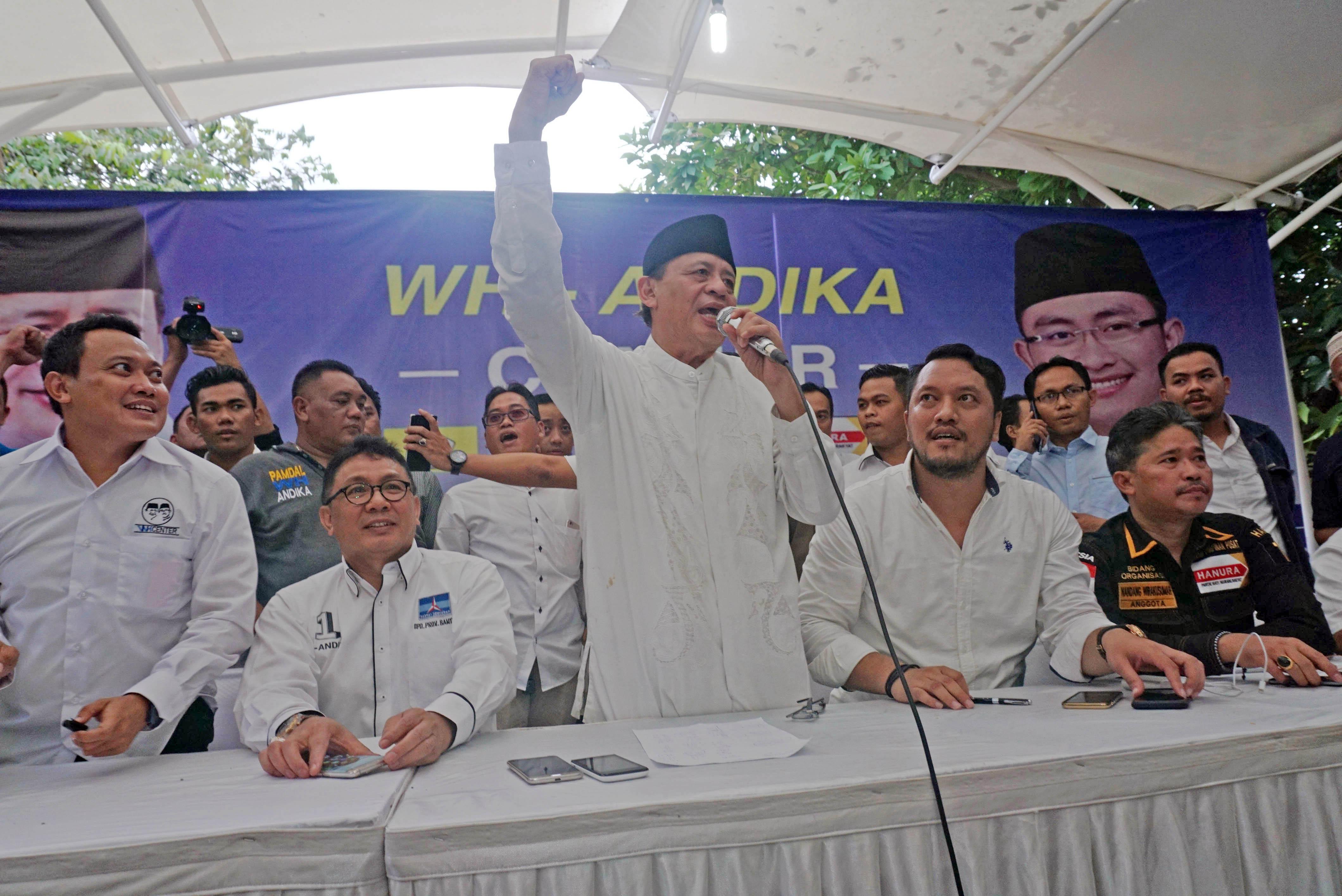 Cagub Banten Wahidin Halim (ketiga kiri) memberikan pernyataan kemenangannya berdasarkan sejumlah hasil survei dengan kemenangan di atas 51 persen. Foto oleh Lucky R./Antara