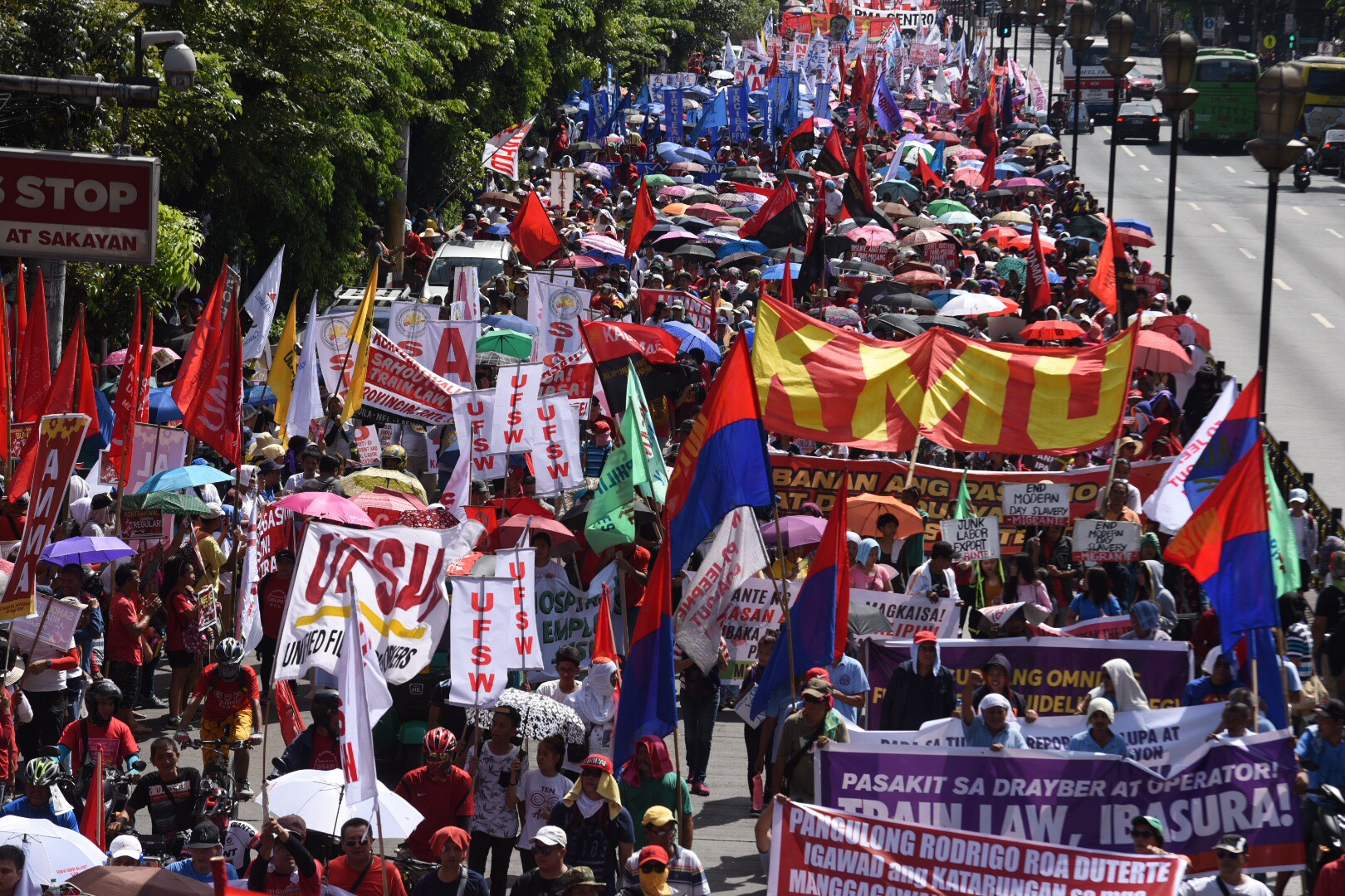 MARCH. Thousands of protesters march towards Mendiola on Labor Day. Photo by Alecs Ongcal/Rappler