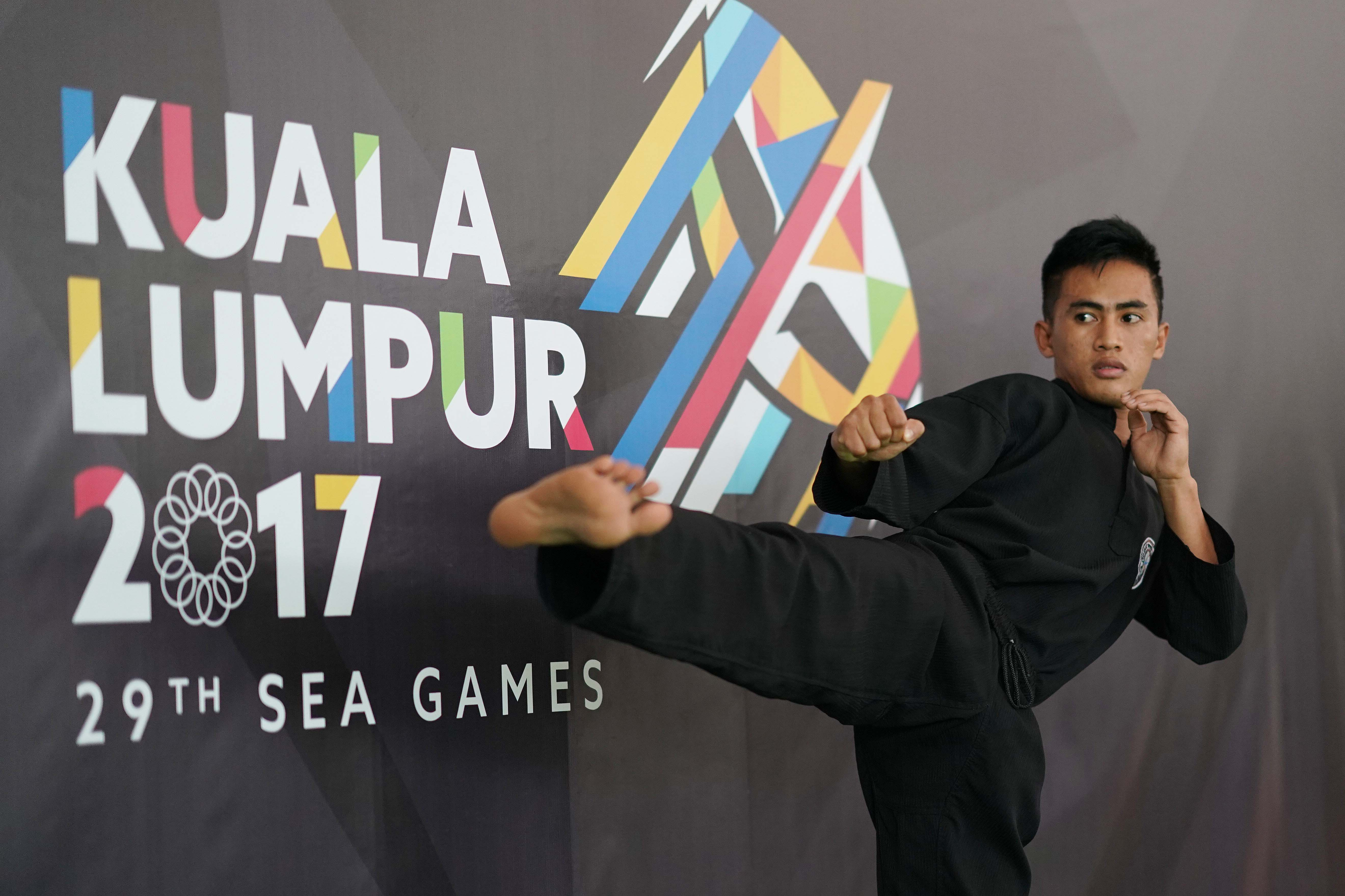 LAST GOLD. Dines Dumaan wins the last gold medal for the Philippines in the men's tanding putra class A 45-50 kg division of pencak silat. Photo from POC-PSC Media