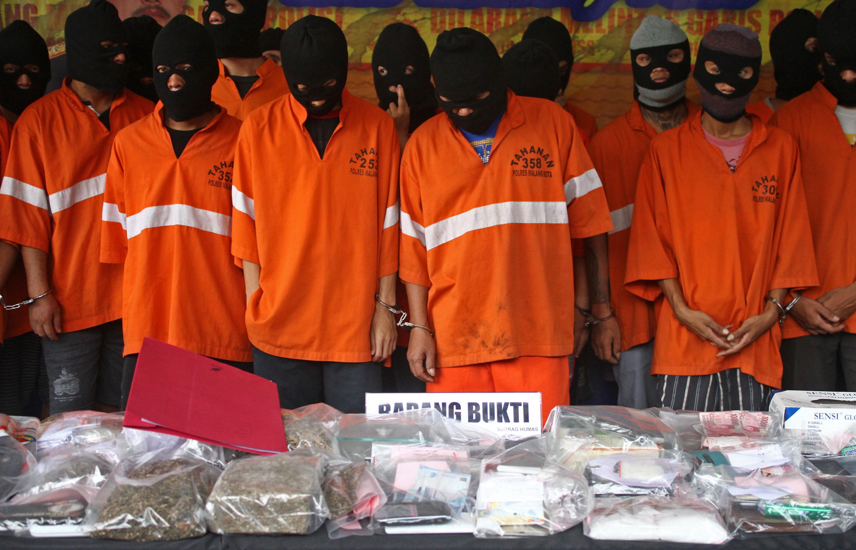 Sejumlah tersangka pengedar dan pemakai narkoba ditunjukkan di Mapolresta Malang, Jawa Timur, pada 28 Januari 2016. Foto oleh Ari Bowo Sucipto