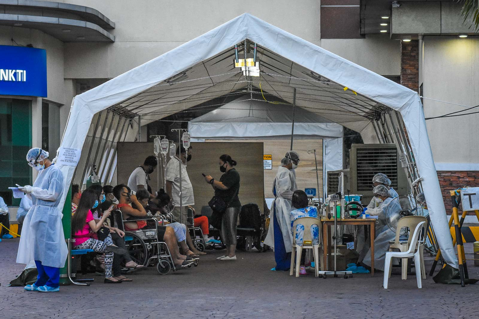 FRONT LINES. The National Kidney and Transplant Institute in Quezon City sets up a triage facility at the hospital's compound to evaluate and categorize patients on March 29, 2020. File photo by Angie de Silva/Rappler