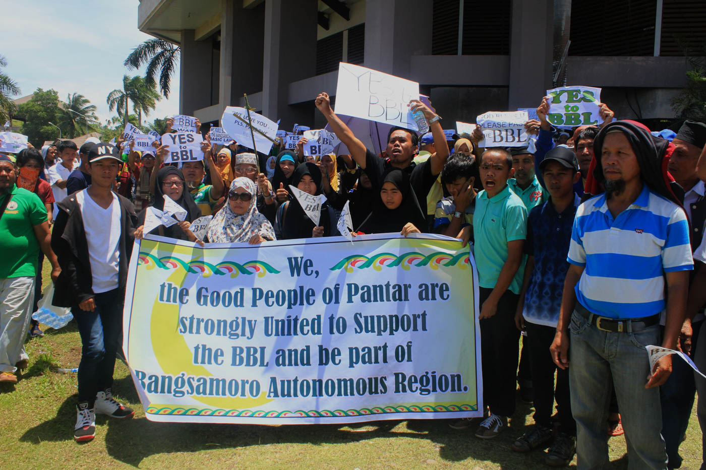 SUPPORT. Pantar townspeople supporting BBL. Photo by Bobby Lagsa/Rappler