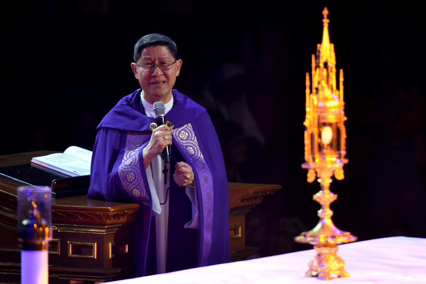 'NAGTATANONG LANG.' Manila Archbishop Luis Antonio Cardinal Tagle leads thousands of Catholics in praying before the Blessed Sacrament on July 21, 2018, as he asks the Lord why innocent people die. Photo by Angie de Silva/Rappler