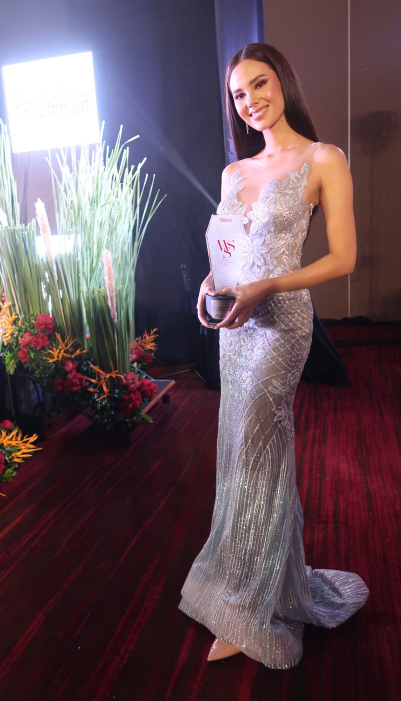 STYLE AND SUBSTANCE. Catriona poses with her award during the Women and Style event of People Asia.