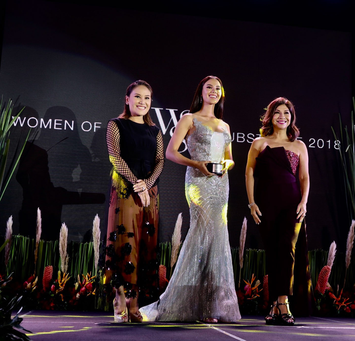 STYLE ICON. Catriona Gray receives the award from People Asia's Joanne Ramirez and Dr Aivee Teo.