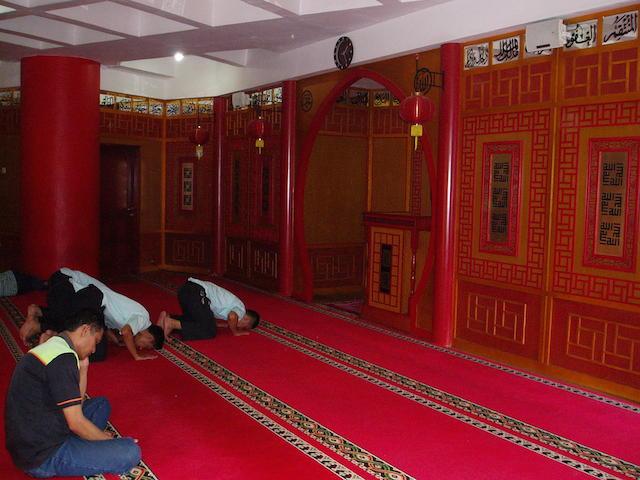 Bagian dalam interior Masjid Al-Imtizaj yang bernuansa klenteng. Foto oleh Yuli Saputra
