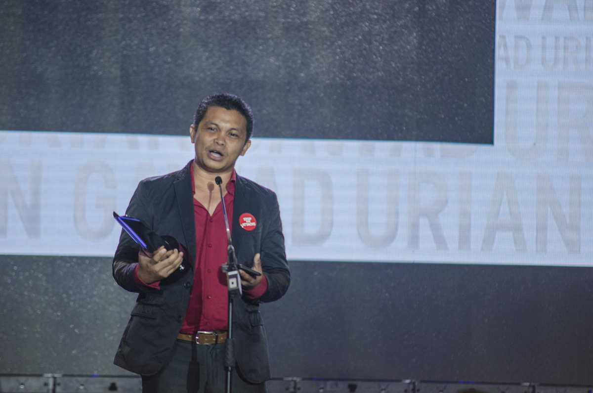 BEST DIRECTOR. Arnel Barbarona accepts his award as Best Director for 'Tu Pug Imatuy.'
