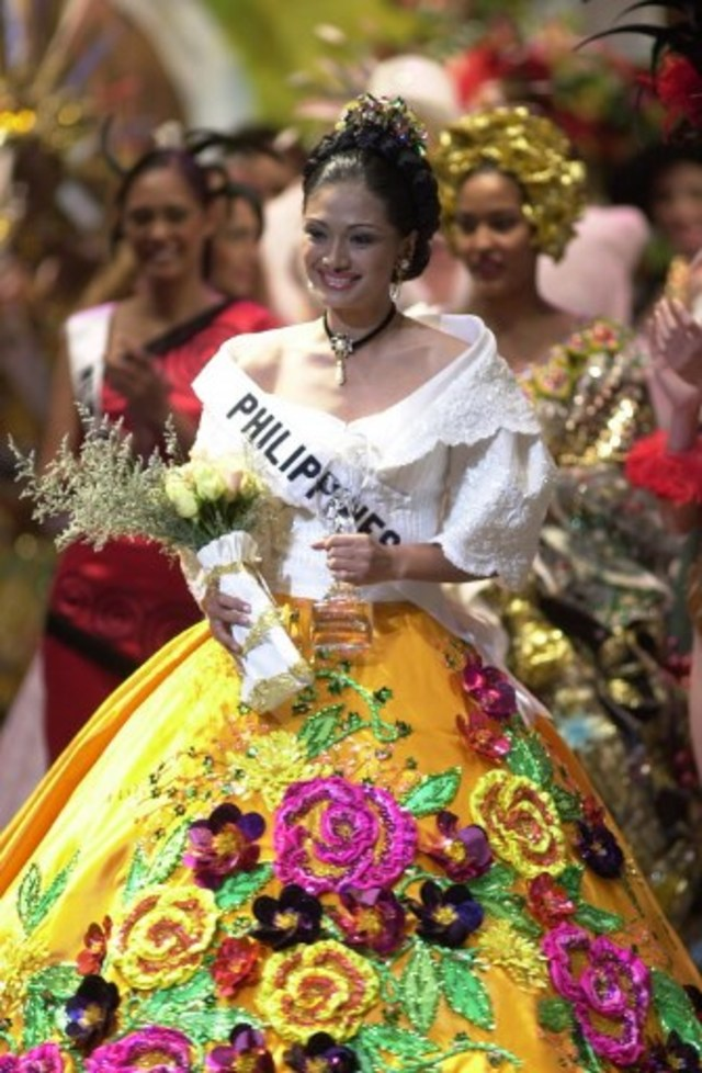 NATIONAL COSTUME. Zorayda Ruth Andam, Miss Philippines 2001, holds the Hoya Crystal trophy she received for winning 1st Runner Up at the Miss Universe 2001 costume show at the Luis A. Ferre Performing Arts Center in Santurce, Puerto Rico on May 2, 2001.  File photo by Miss Universe Organization/ AFP