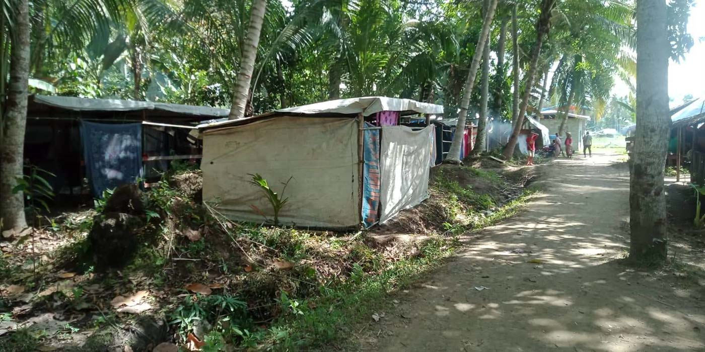 MAKESHIFT HOMES. Evacuees in Barangay Libutan, Mamasapano, Maguindanao, stay in flimsy booths made from sticks and drapes. Photo sourced by Rappler