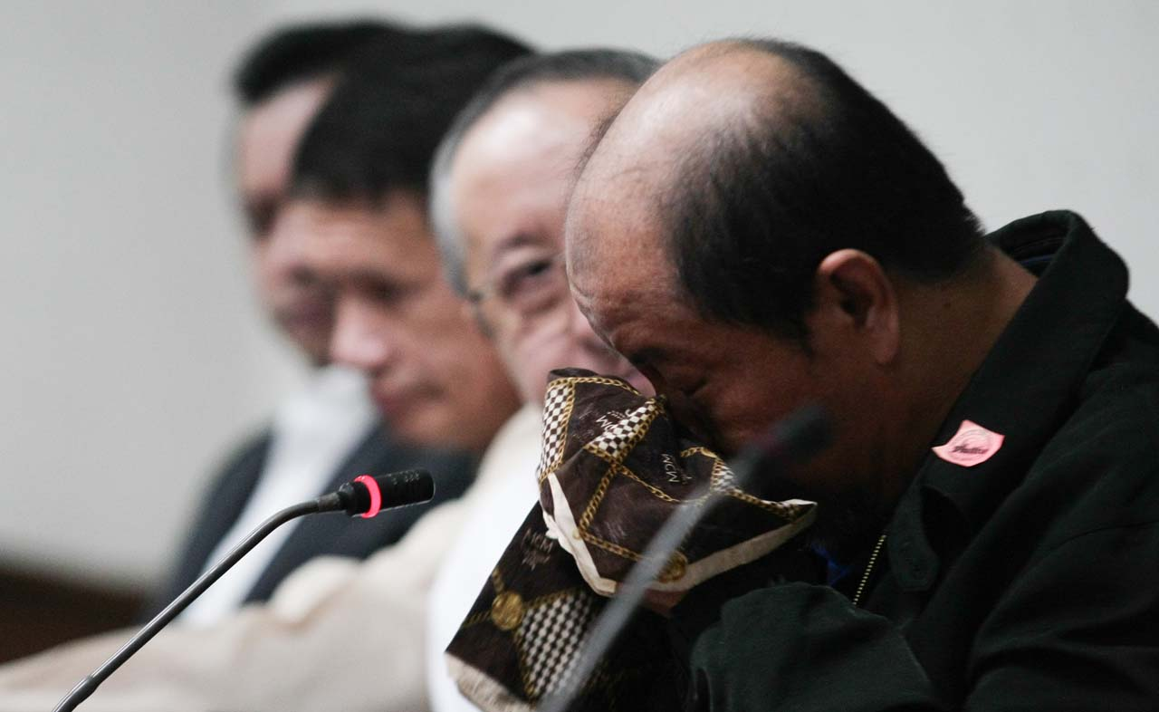 PUBLIC CONFESSION. Retired SPO3 Arturo Lascau00f1as breaks into tears during a press conference with his lawyers Alexander Padilla (2nd from left) and Arno Sanidad (3rd from left) on February 17, 2017. Photo by Jasmin Dulay