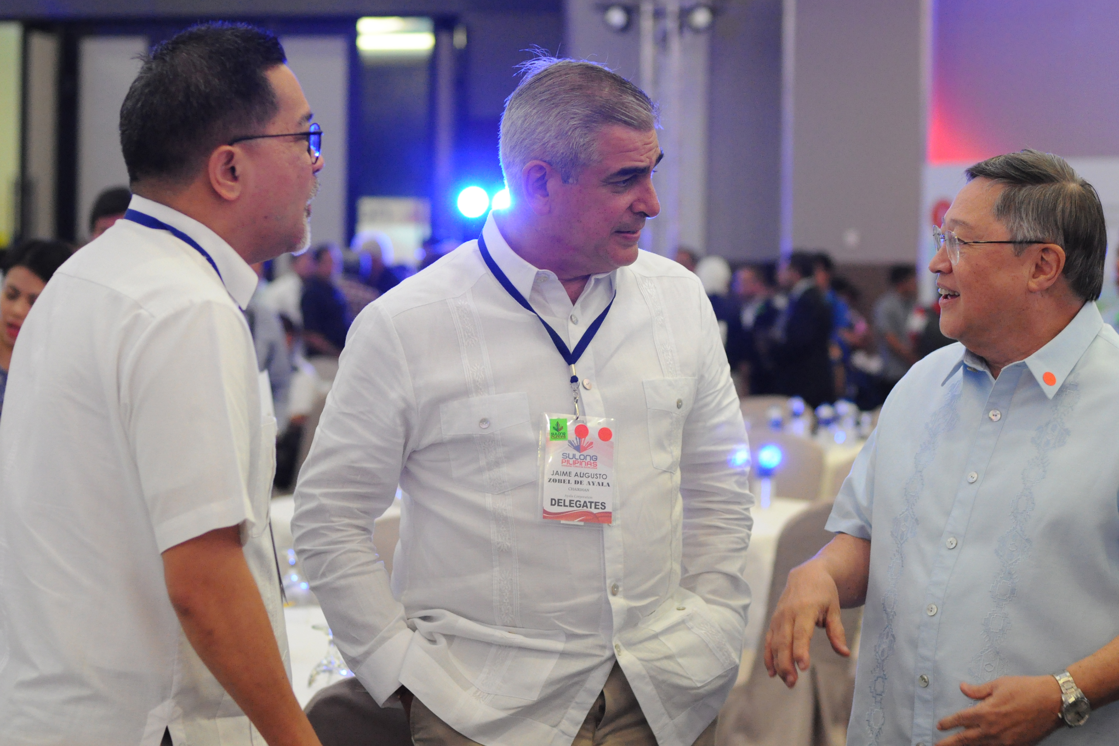 'BEST MINDS IN BUSINESS.' Incoming Finance Secretary Sonny Dominguez chats with Ayala Corporation CEO Jaime Augusto Zobel De Ayala during the 'Sulong Pilipinas' forum. Photo from Sulong Pilipinas