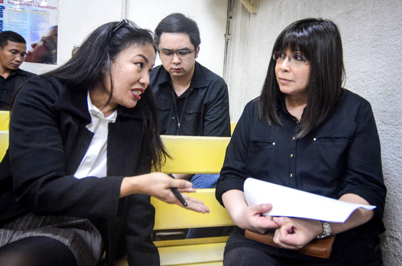 'WHY THE PRESS CON?' Lottie Manalo-Hemedez (right) and lawyer Trixie Angeles-Cruz at the Quezon City Regional Trial Court. File photo by Alecs Ongcal/Rappler