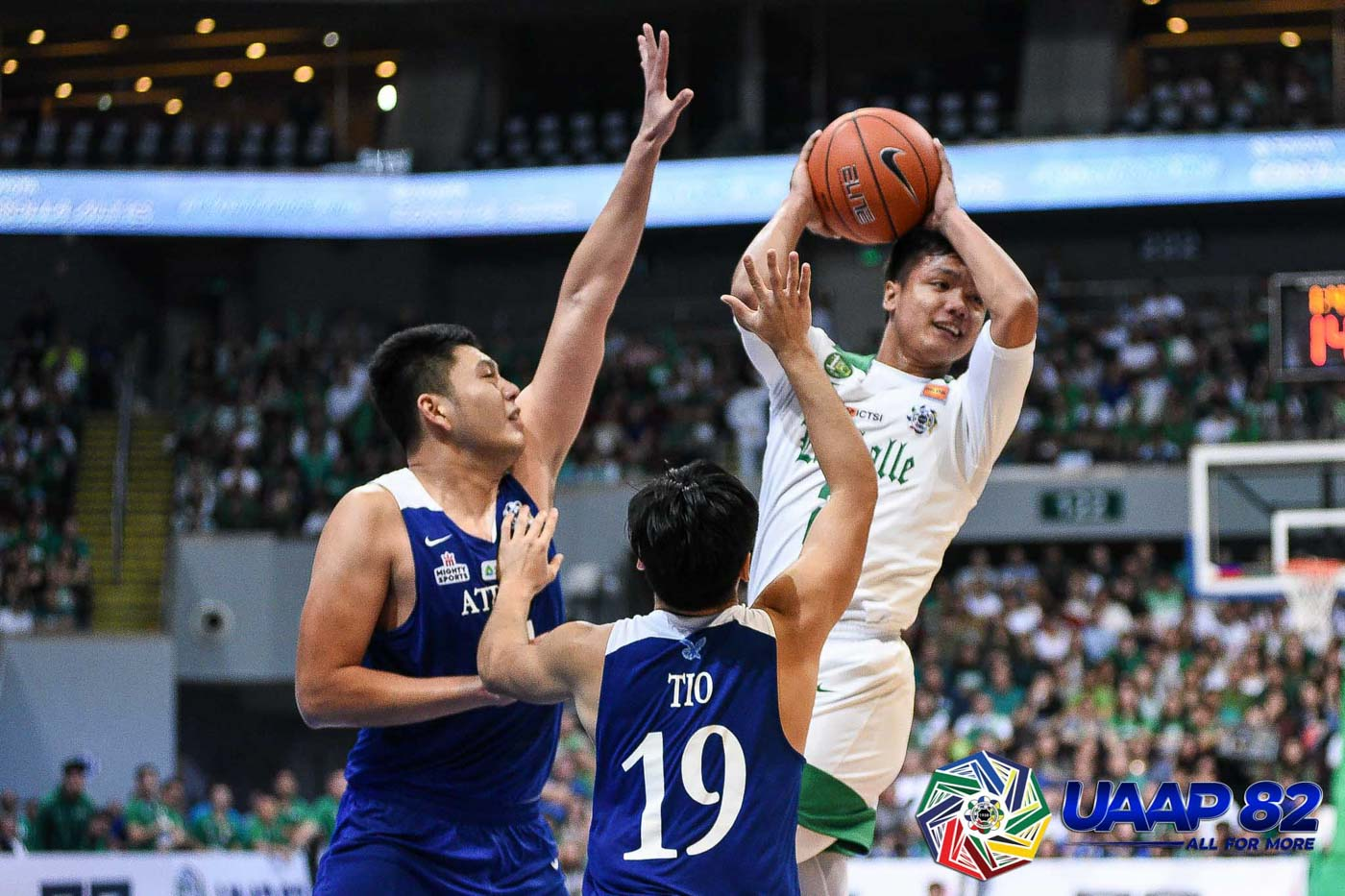 READY TO CHALLENGE. La Salle keeps pace with Ateneo early with guys like Encho Serrano u2013 who scatters 15 points, 8 rebounds, and 2 steals u2013 stepping up in key stretches. Photo release