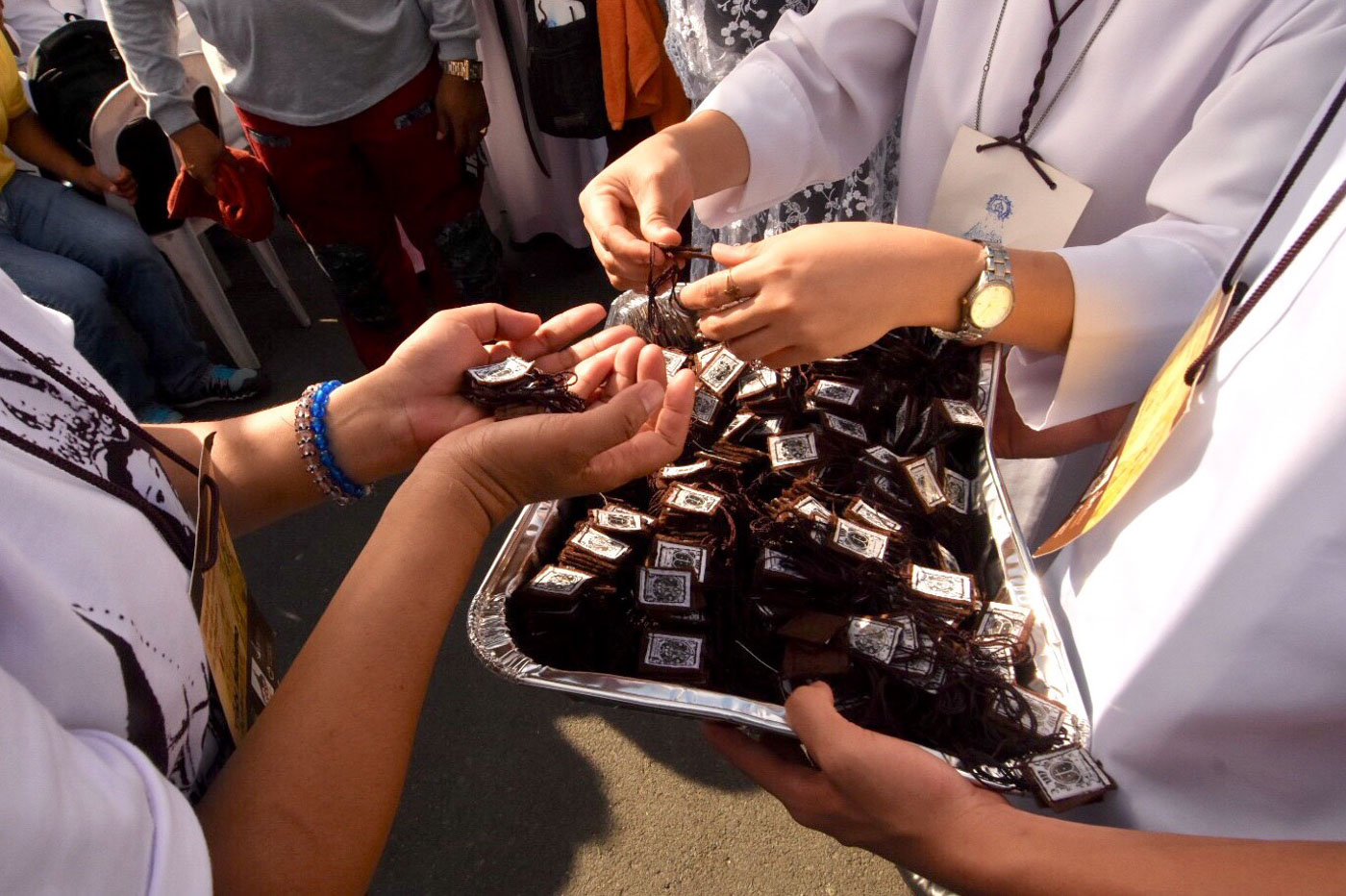 SCAPULARS DISTRIBUTED. Volunteers distribute scapulars during the Mass at the Quirino Grandstand on May 4, 2018, for the 400th anniversary of the arrival of Our Lady of Mount Carmel in the Philippines. Photo by Angie de Silva/Rappler