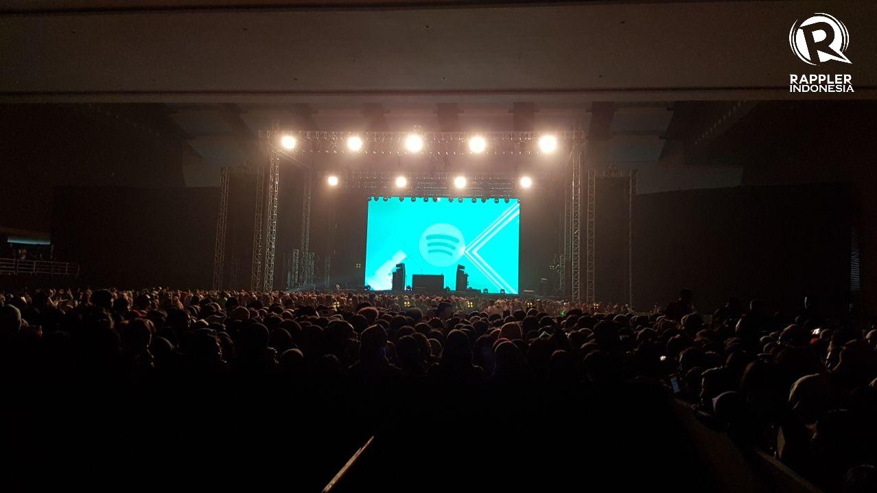 TAK SABAR. Penonton tak sabar menanti dimulainya 'Spotify On Stage' di JIExpo Kemayoran pada Rabu, 9 Agustus. Acara dimulai pukul 18:45 WIB. Foto oleh Sakinah Ummu Haniy/Rappler