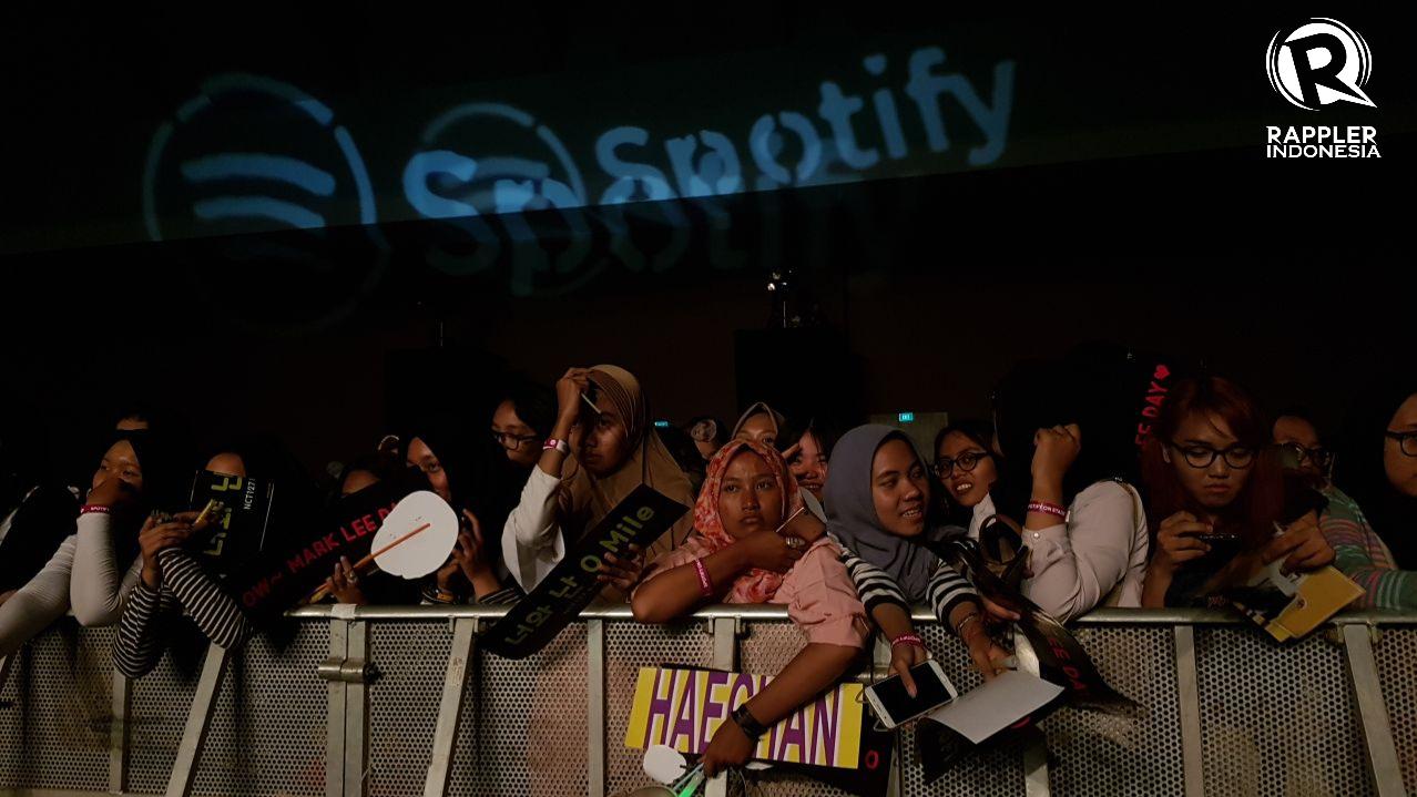 IDOLA. Para penonton membawa banner dengan nama idolanya di acara 'Spotify on Stage' pada Rabu, 9 Agustus. Foto oleh Sakinah Ummu Haniy/Rappler