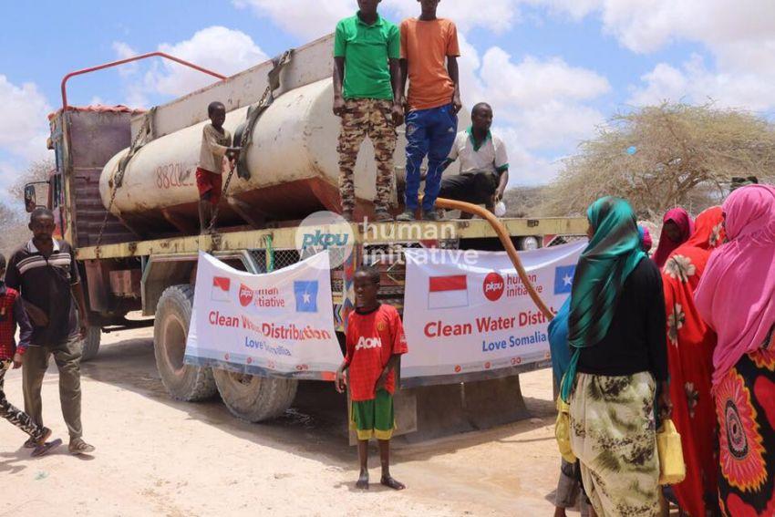 Warga Kahla, Somalia, sedang antri untuk mendapatkan air bersih yang disalurkan oleh PKPU Indonesia. Foto dari kitabisa.com