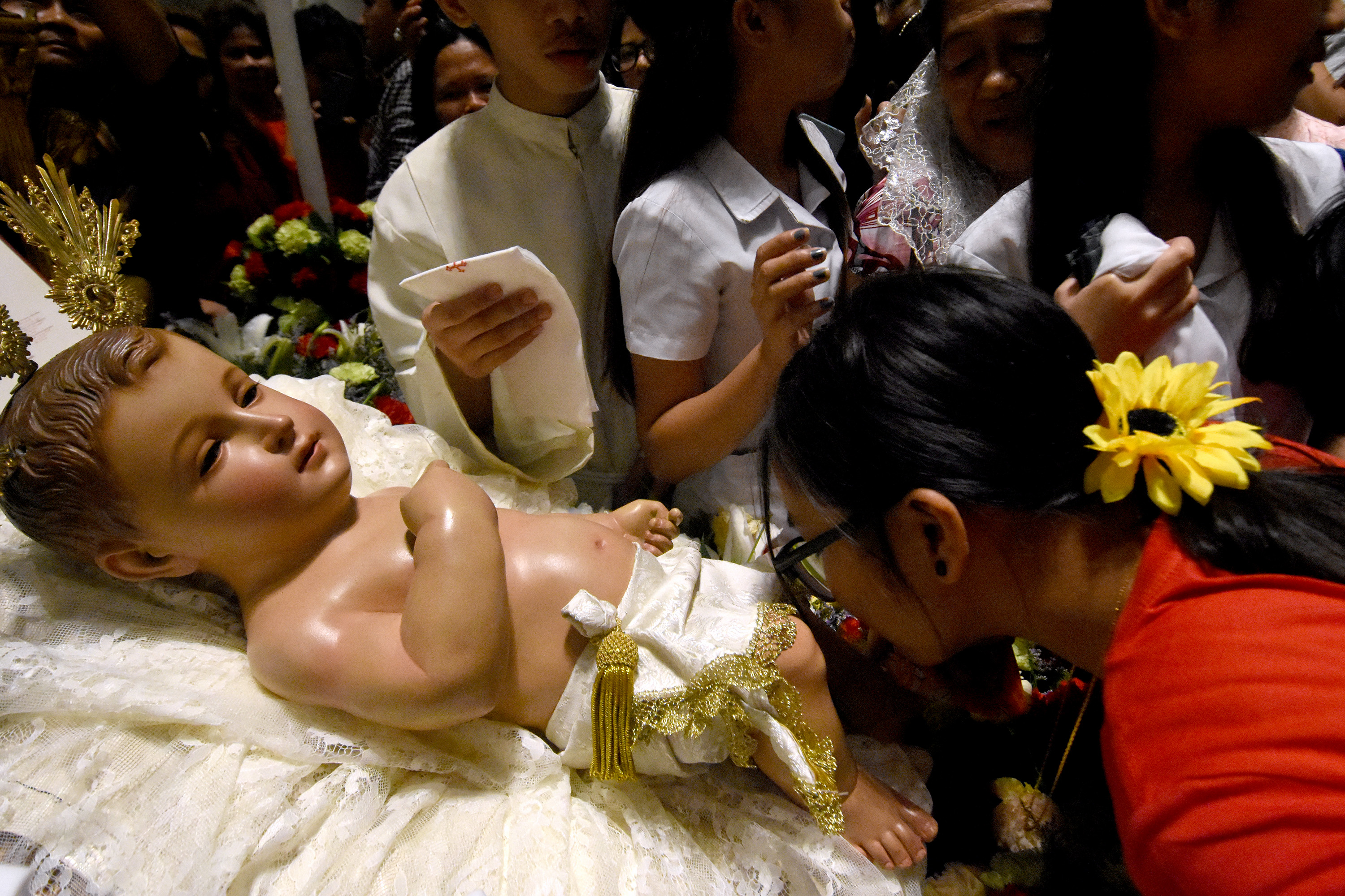 JOY, GOODWILL. Catholics line up to kiss the image of the Baby Jesus during the Christmas Eve Mass at the Manila Cathedral on December 24, 2017. Photo by Angie de Silva/Rappler