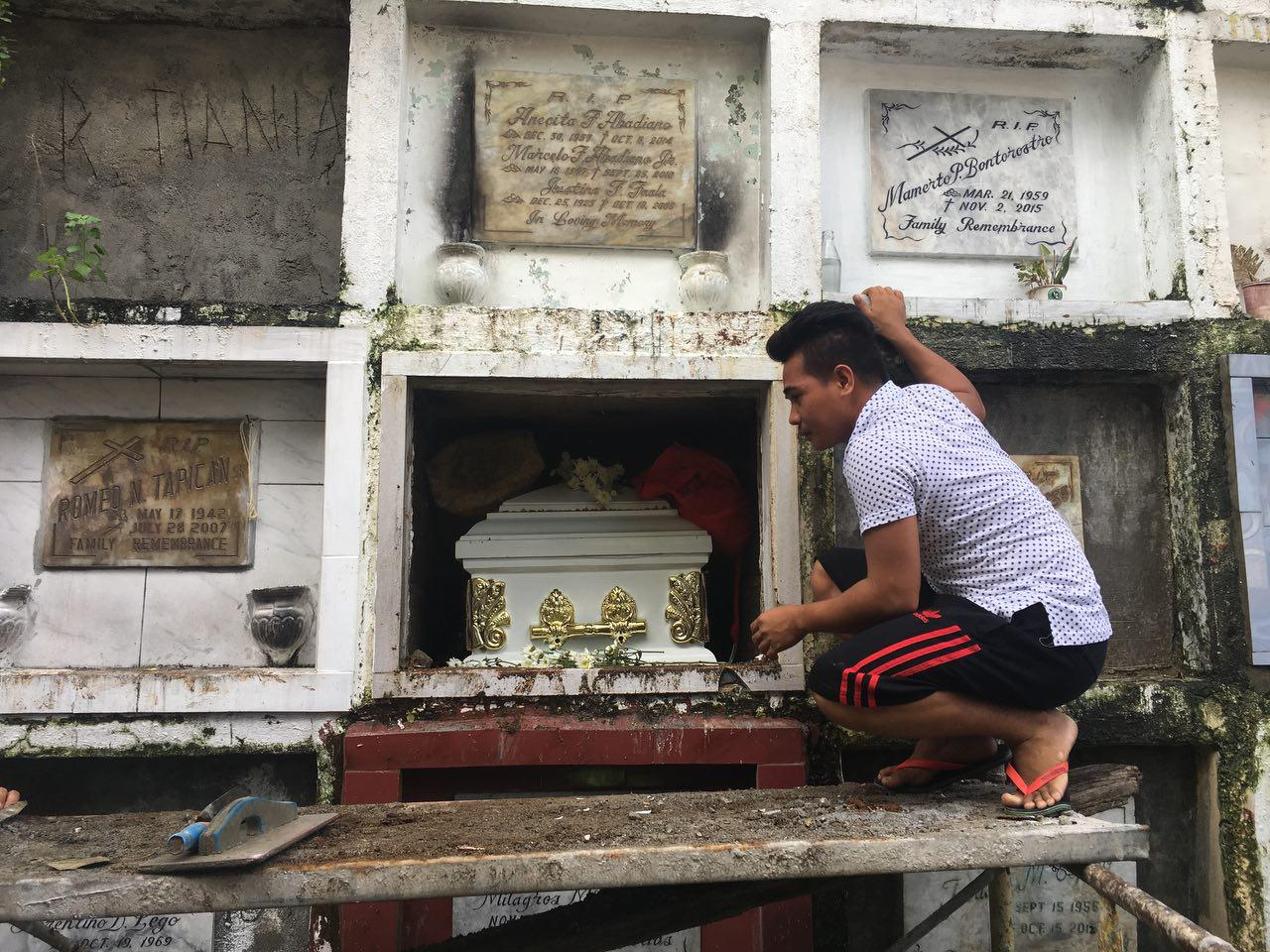 RESTING PLACE. Reynaldo de Guzman is brought to the Barracks Cemetery in Pasig City on Sept 13, 2017. Photo by Eloisa Lopez/Rappler