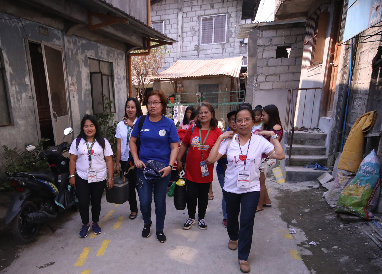 HEALTH WORKERS. Community health workers hold house-to-house measles vaccinations. Photo by Darren Langit/Rappler