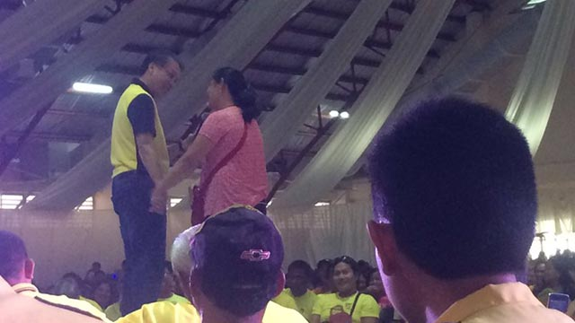 COURTING VOTERS. Mar Roxas in Palo, Leyte, on April 20, 2016. Photo by Bea Cupin/Rappler