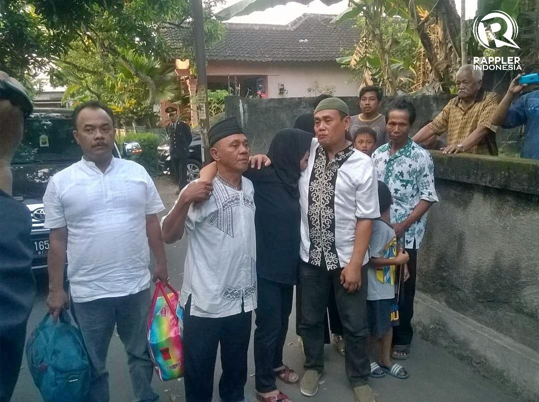 TANGIS. Ning Wiyarti dan suami tak percaya putera mereka tewas dalam ledakan bom panci di Terminal Kampung Melayu pada Rabu, 24 Mei. Ning terus menangis histeris saat pemakaman puteranya pada Kamis malam, 25 Mei. Foto oleh Ari Susanto/Rappler