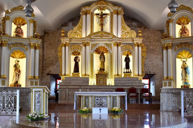 ALTAR OF PARROQUIA DE SAN PEDRO APOSTOL CHURCH. This 400-year-old church has kept its Spanish era look. Photo courtesy of Franco Ayson