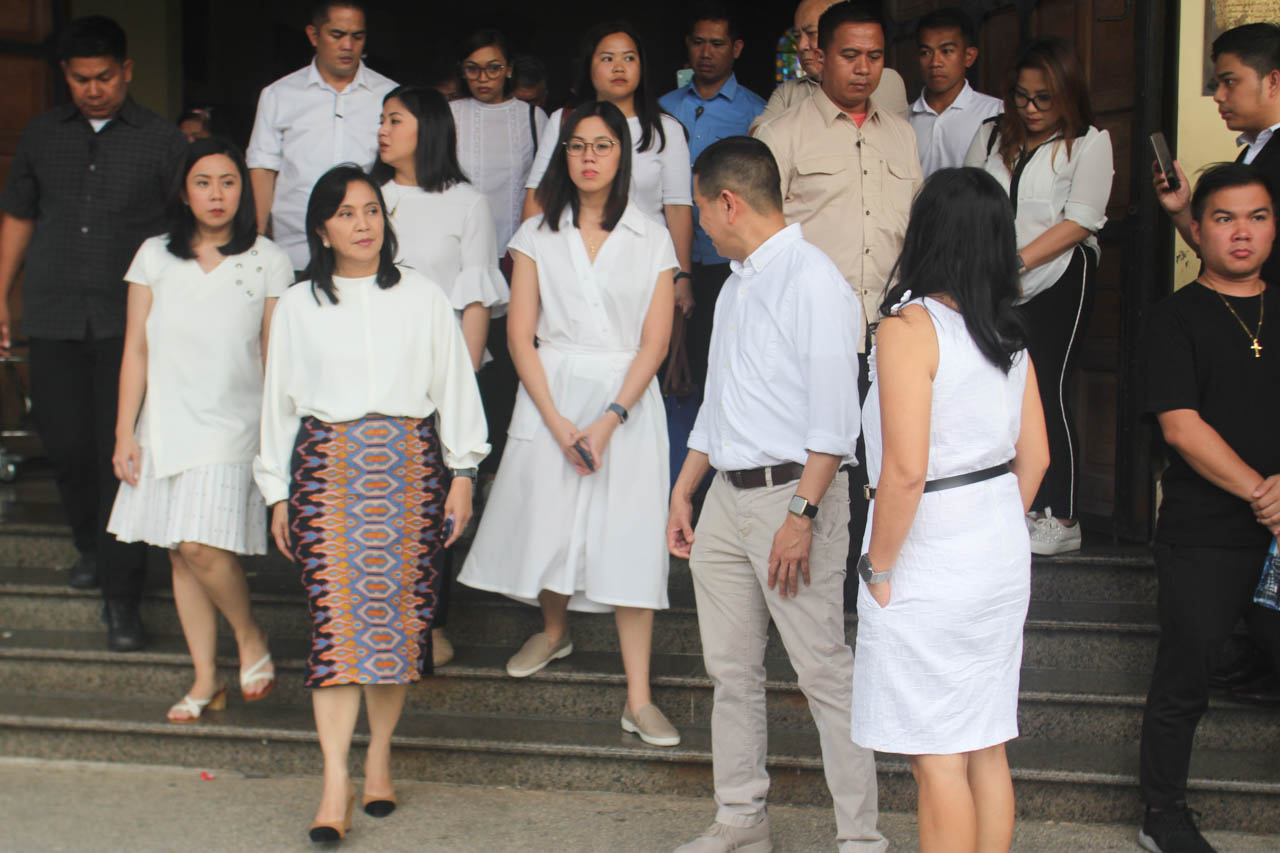 Vice President Leni Robredo with her daughters, Aika, Jillian, and Tricia, and family members, at the funeral of her mother, Salvacion Gerona. Photo by Rhaydz B. Barcia/Rappler