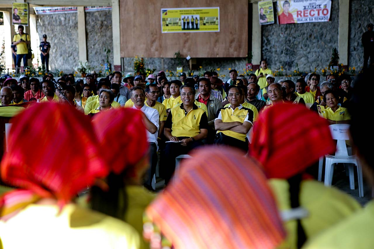 COURTING CORDILLERA. Mar Roxas in Bontoc on March 13. Photo from the Mar Roxas campaign team