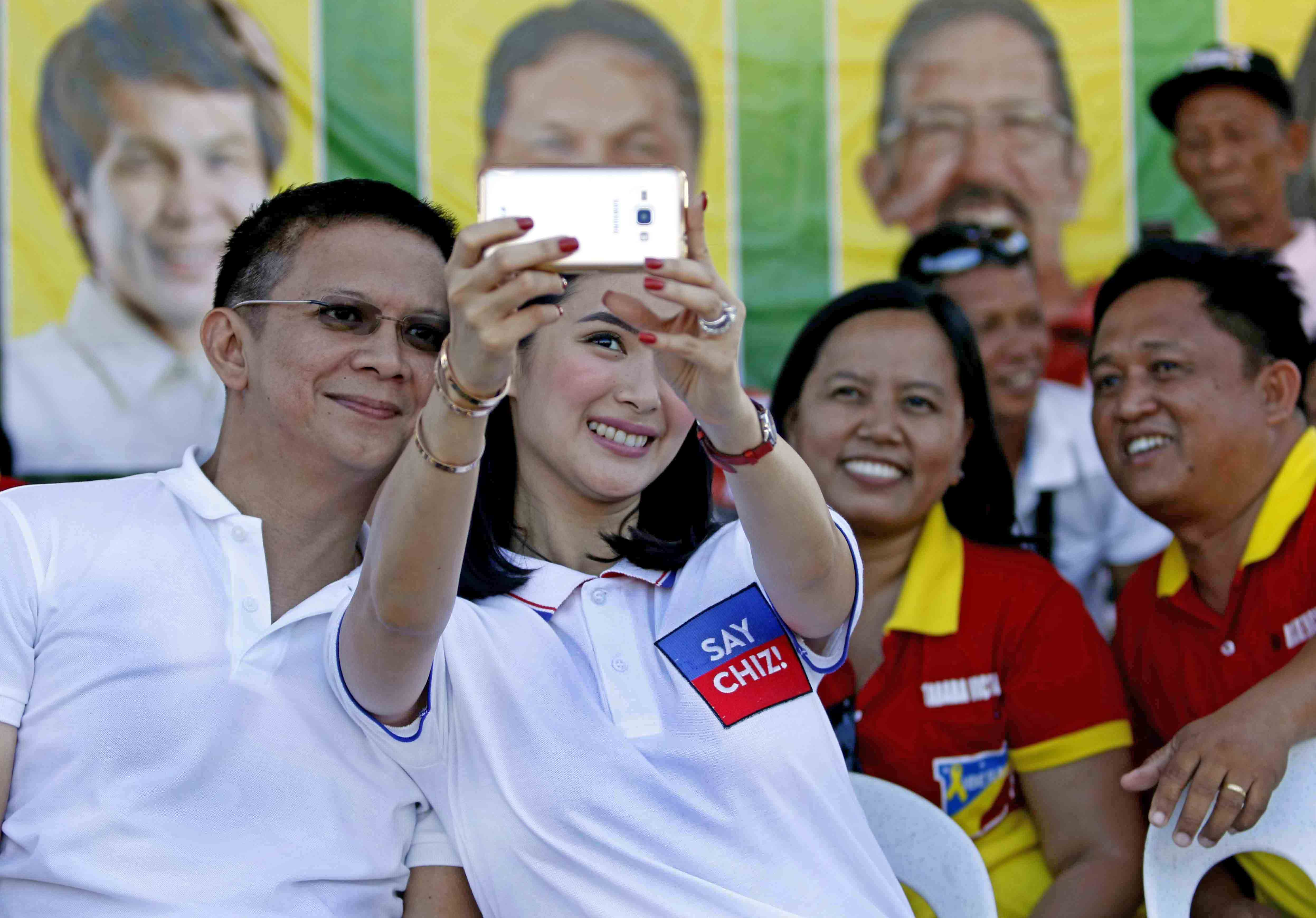 'SAY CHIZ.' Actress Heart Evangelista takes a selfie with husband and vice presidential candidate Francis 'Chiz' Escudero during a rally in Davao del Sur, on April 19, 2016, the first time they campaigned together. Photo by Arnold Almacen/Poe-Escudero Media Bureau