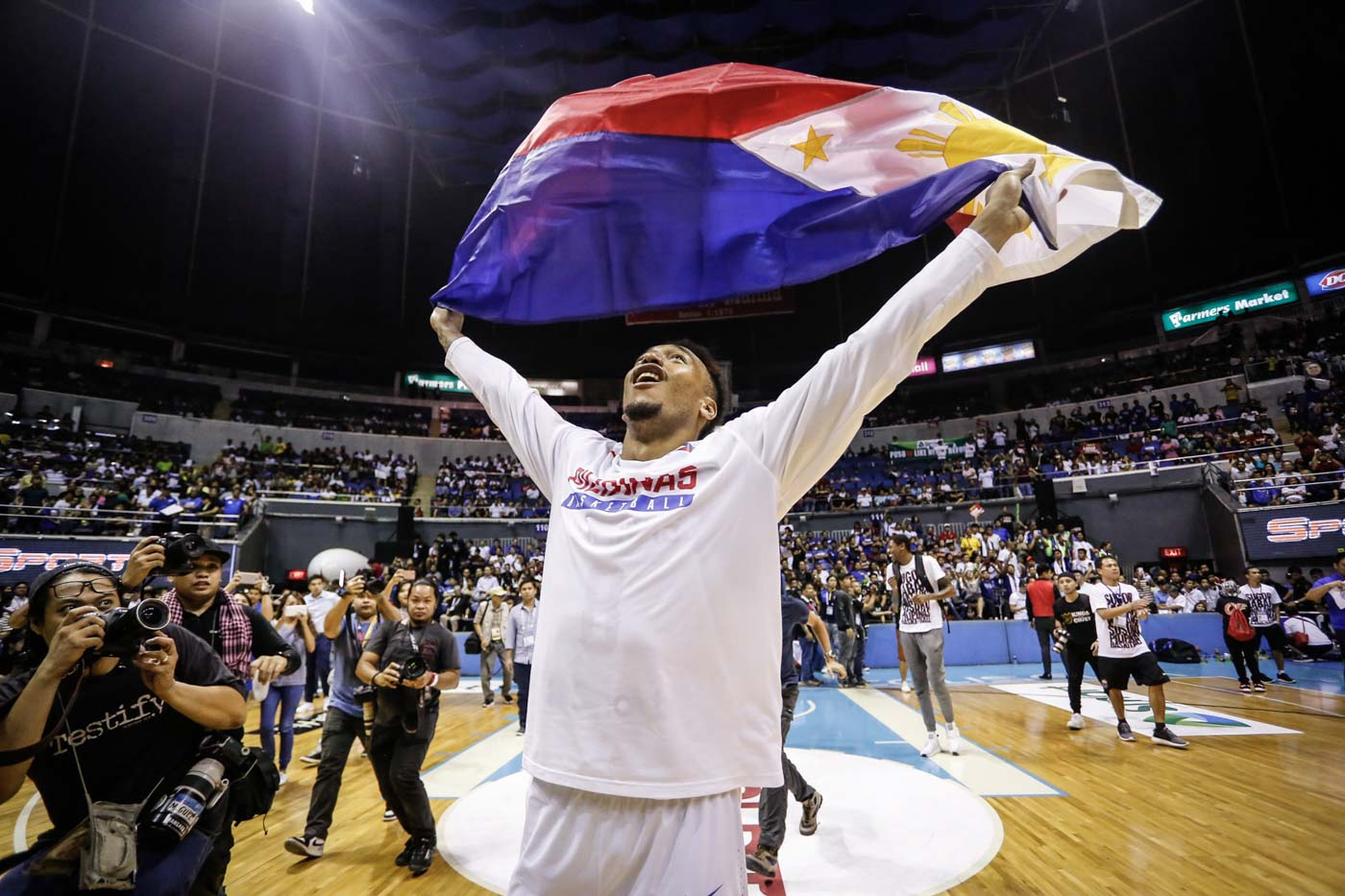 LABAN PILIPINAS. Calvin Abueva proudly holds up the Philippine flag. Photo by Josh Albelda/Rappler