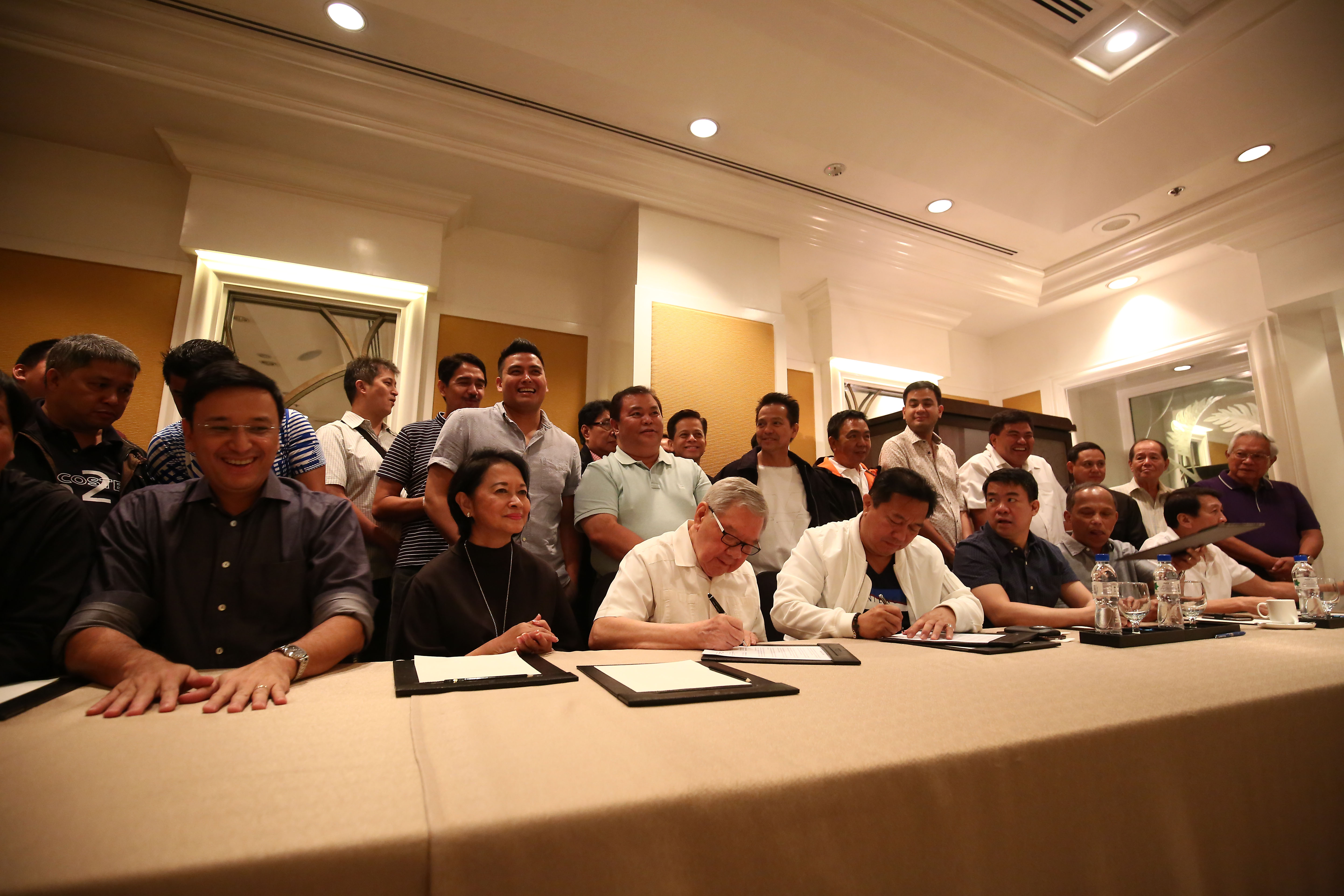 DEAL SIGNED. Outgoing House Speaker Feliciano Belmonte Jr and his expected successor Pantaleon Alvarez ink the LP and PDP-Laban agreement on July 24, 2016. Photo by Ben Nabong/Rappler