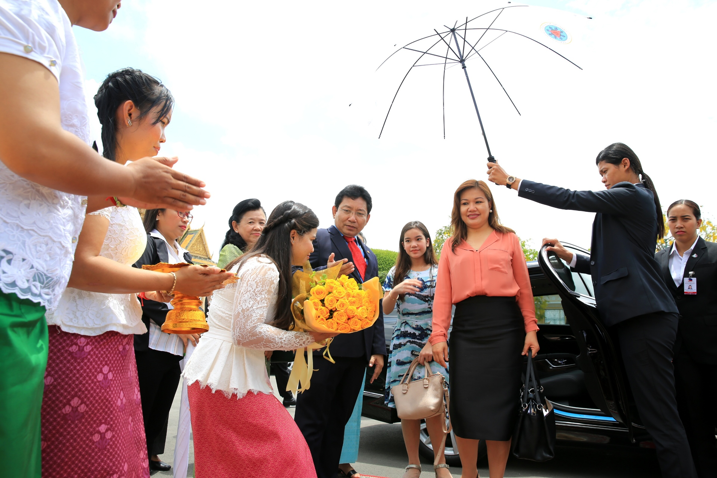 CAMBODIA TOUR. Honeylet Avanceu00f1a and daughter Kitty are welcomed as they are given a tour of the Cambodian capital. All photos by Presidential Photo