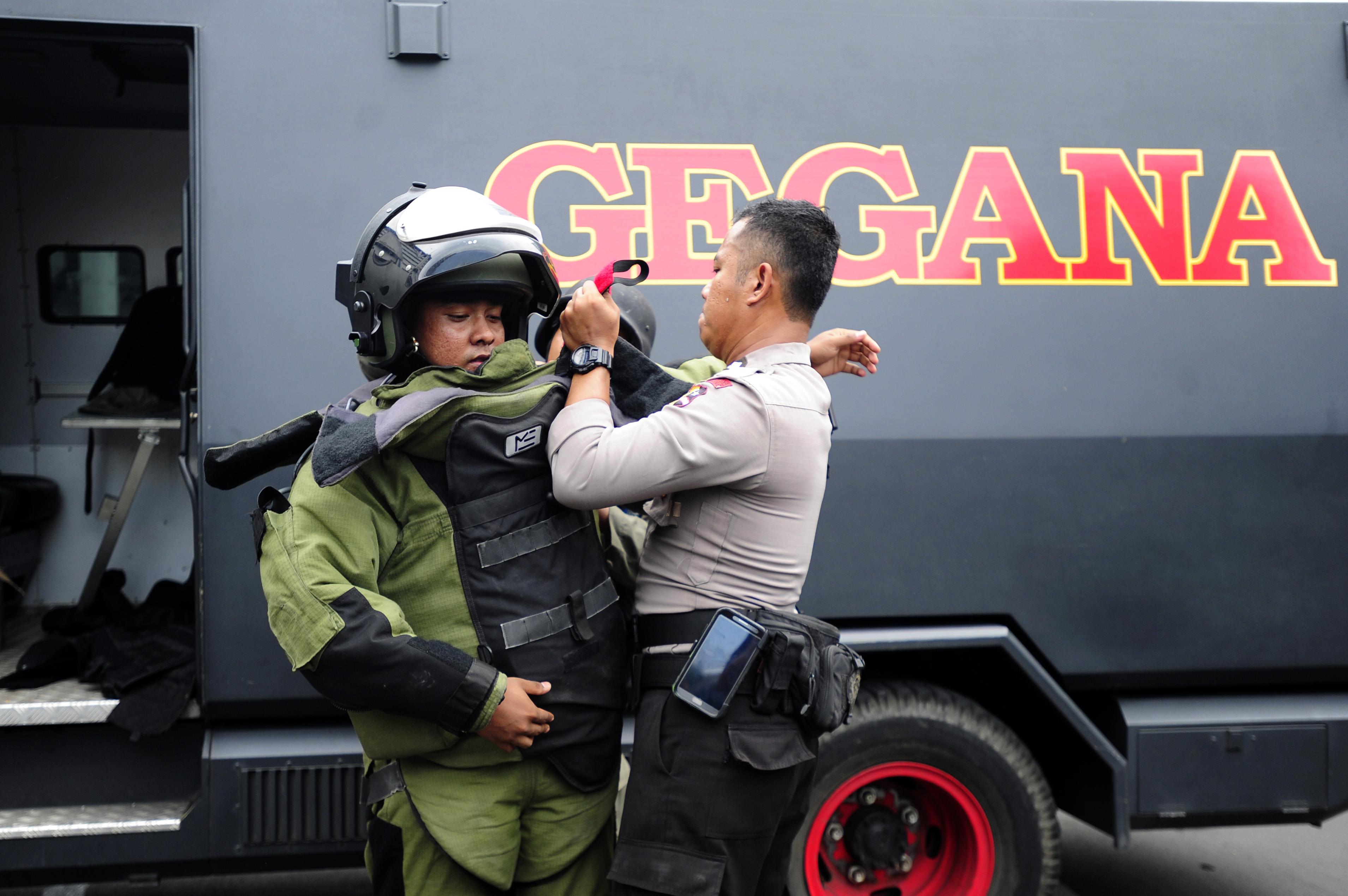 TIM GEGANA. Petugas Gegana Polda Metro Jaya bersiap untuk mengamankan plastik yang mencurigakan di lokasi ledakan Pos Polisi Sarinah, Jakarta, pada 14 Januari 2016. Foto oleh Wahyu Putro A/Antara