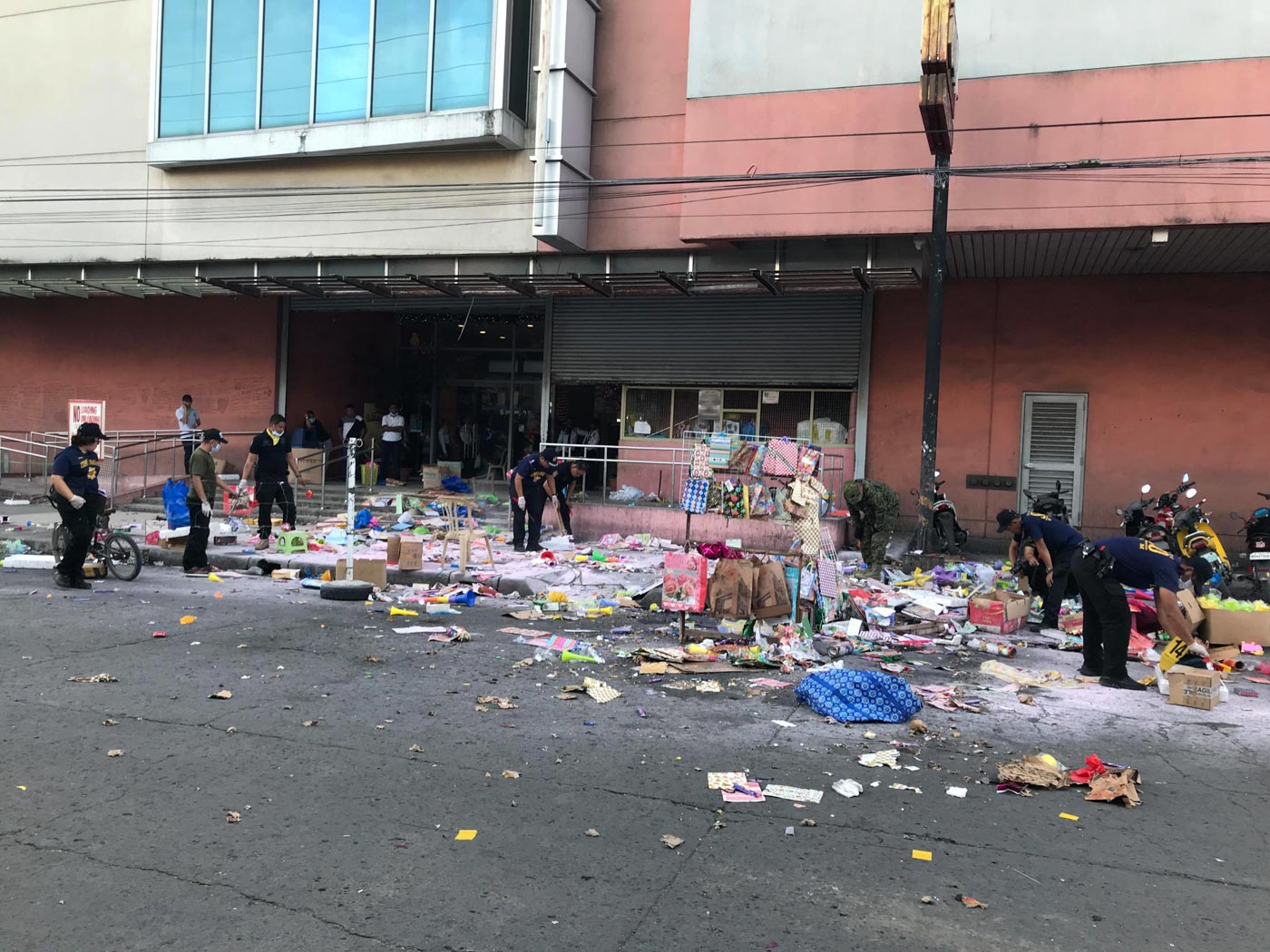 BOMB. Police investigate the area outside the  South Seas Mall in Cotabato City where a bomb exploded on December 31, 2018.