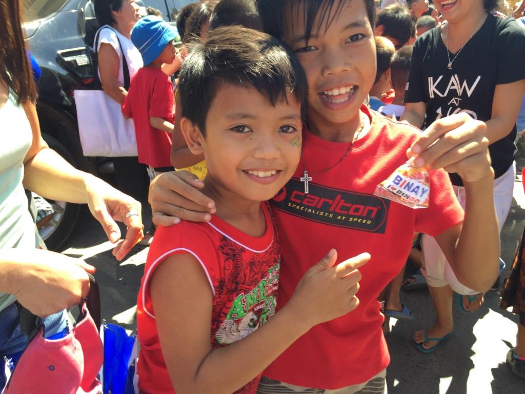 BINAY CANDIES. Batangas kids show off their sweet loot from Vice President Jejomar Binay on February 12, 2016. Photo by Mara Cepeda/Rappler