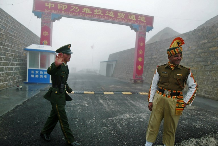 SECURE CROSSING. This file photo taken on July 10, 2008 shows a Chinese soldier (L) next to an Indian soldier at the Nathu La border crossing between India and China in India's northeastern Sikkim state. File photo by Diptendu Dutta/AFP