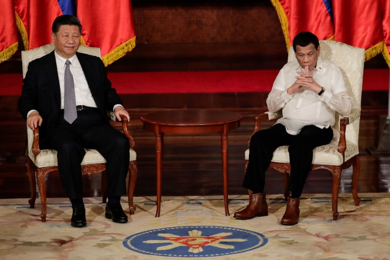 DEALS. Chinese President Xi Jinping and Philippine President Rodrigo Duterte witness the exchange of documents. Photo by Mark Cristino/Pool/Agence France-Presse