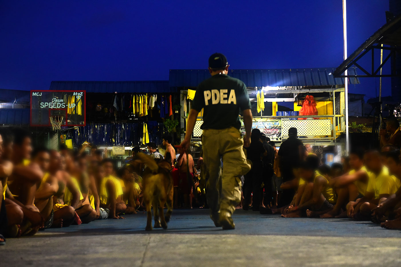 DAWN RAID. K9 units aid authorities from the PDEA, PNP-MPD, BJMP during the surprise inspection at the Manila City Jail on June 20, 2018. All photos by Maria Tan/Rappler