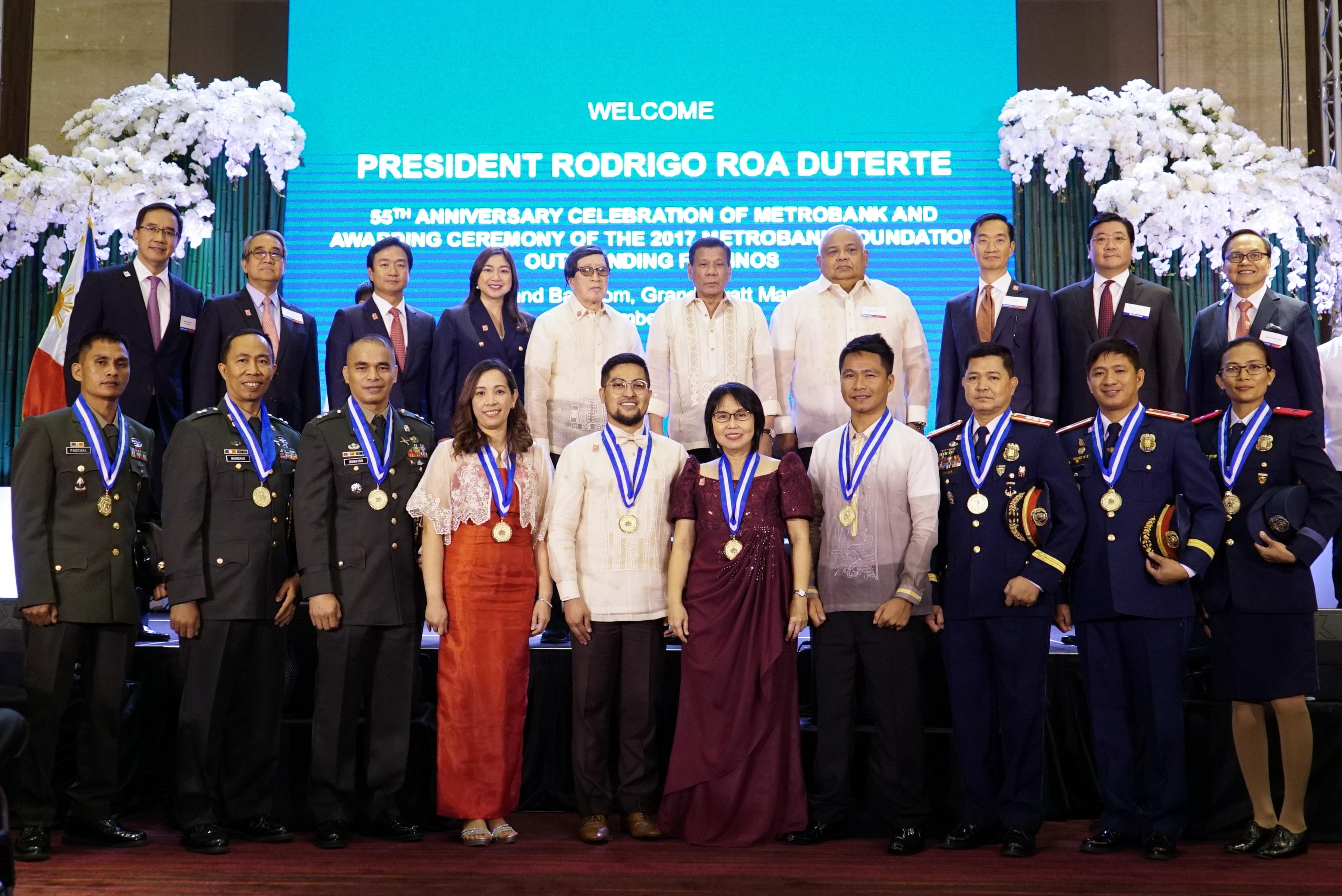 AWARD. Senior Superintendent Joel Doria (3rd from left, first row) poses with fellow awardees, Metrobank Foundation officials, and President Rodrigo Duterte. Malacau00f1ang photo