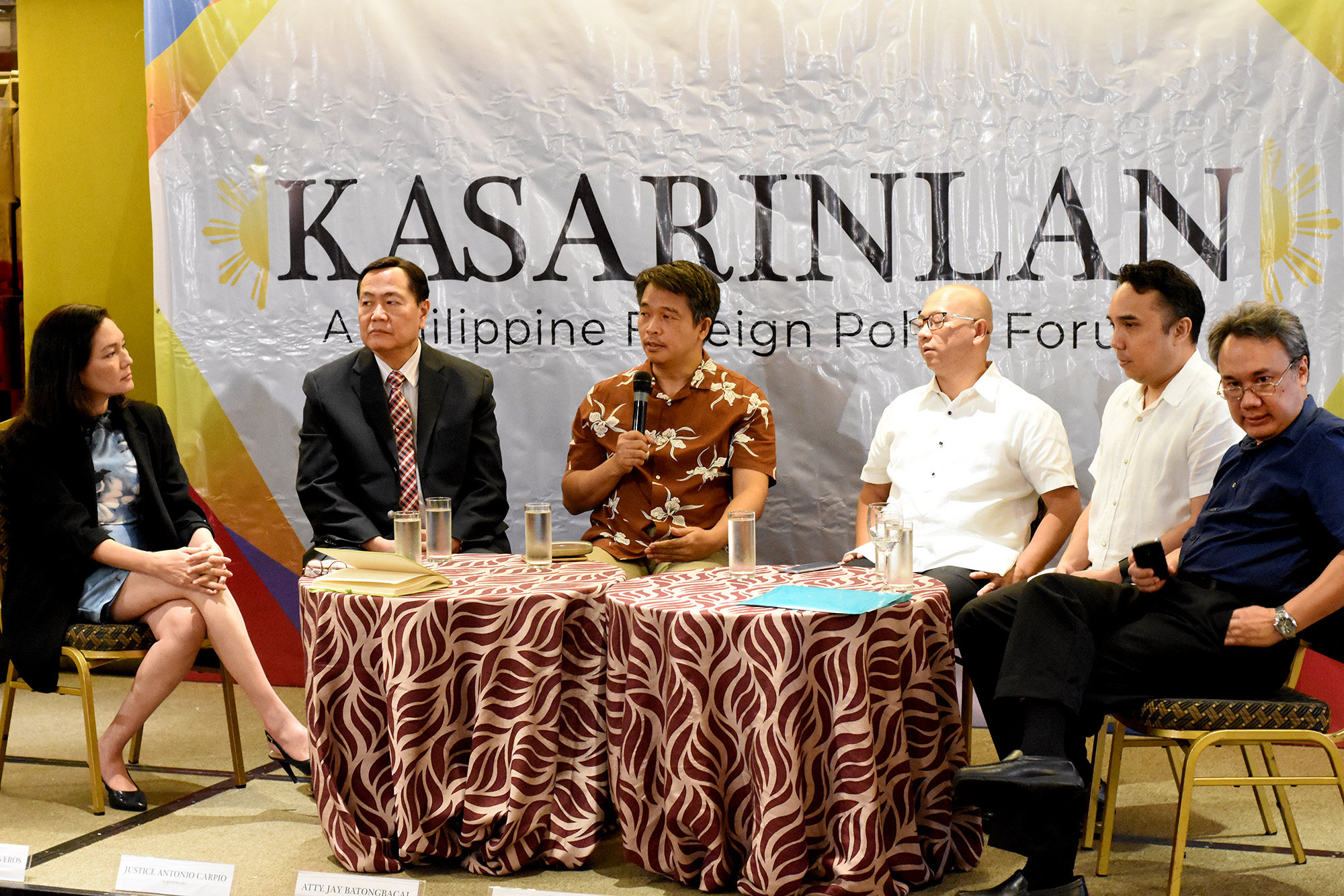 'KASARINLAN' FORUM. Senator Risa Hontiveros, Acting Chief Justice Antonio Carpio, maritime law expert Jay Batongbacal, former solicitor general Florin Hilbay, former Akbayan party-list representative Barry Gutierrez, and military historian Jose Custodio (left to right) speak at the 'Kasarinlan' foreign policy forum on July 9, 2018. Photo by Angie de Silva/Rappler