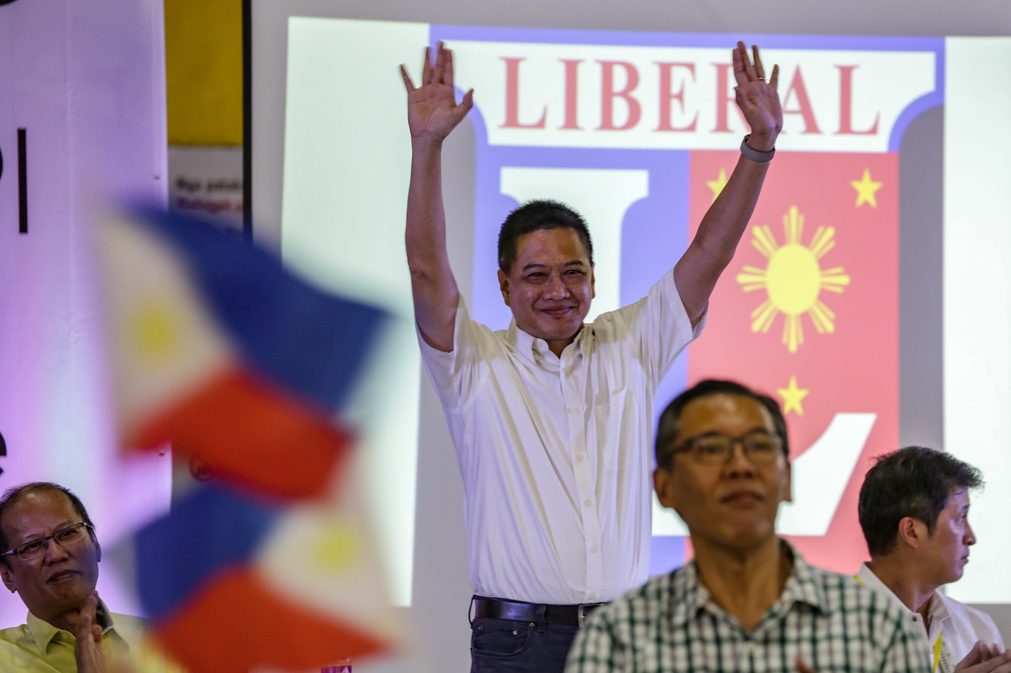 GUNNING FOR HIGHER OFFICE. Ex-lawmaker Erin Tau00f1ada waves to his supporters. Photo by Maria Tan/Rappler