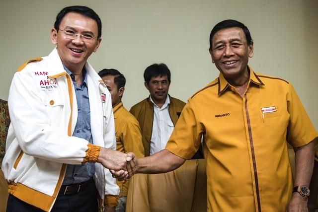 Gubernur DKI Jakarta Basuki Tjahaja Purnama (kiri) berjabat tangan dengan Ketua Umum Partai Hanura Wiranto (kanan) seusai Deklarasi dukungan Partai Hanura di Jakarta, Sabtu, 26 Maret. Foto oleh M Agung Rajasa/ANTARA