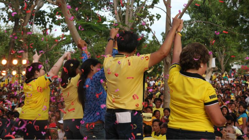 WILL CEBU CHOOSE HIM AGAIN? Mar Roxas and Leni Robredo during last week's campaign sortie in Cebu. Rappler file photo