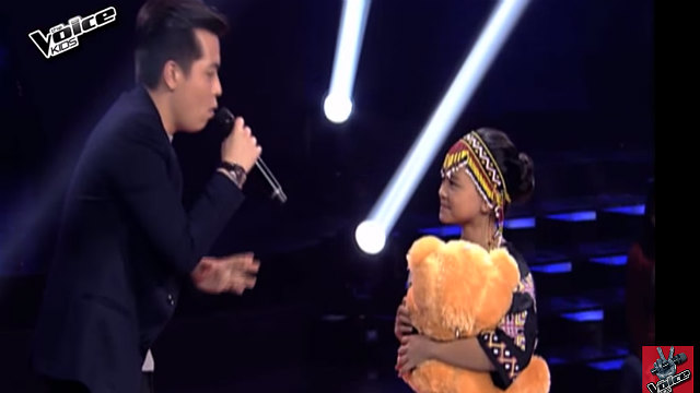 STAY WITH ME. Jason Dy sings to Gift Cerna during the blind auditions. Screengrab from YouTube